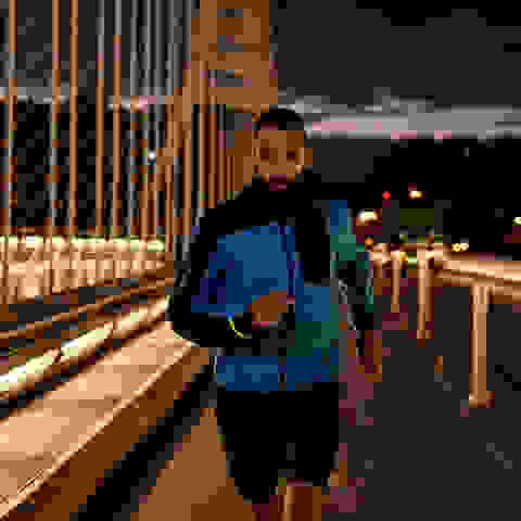 Ein Mann trainiert in der Nacht für einen 5 Kilometer Lauf
