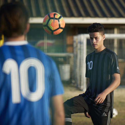 Ein Zweikampf zwischen 2 Fußballern während eines Fußballspiels.