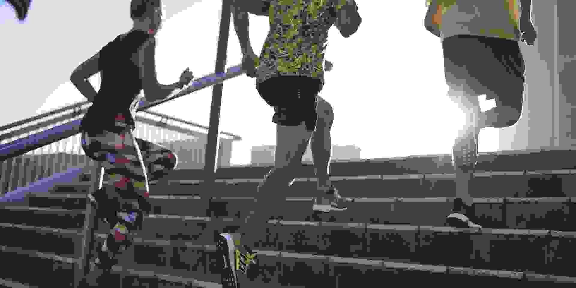 Eine Gruppe läuft während des Trainings eine Treppe hinauf