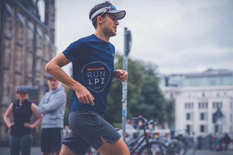 Ein Läufer beim Training. Er läuft in der Stadt.
