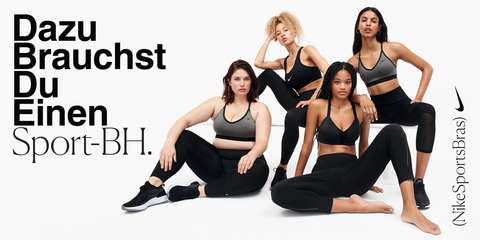 4 weibliche Models sitzen nebeneinander. Jedes Model trägt einen anderen Nike Sport-BH.
