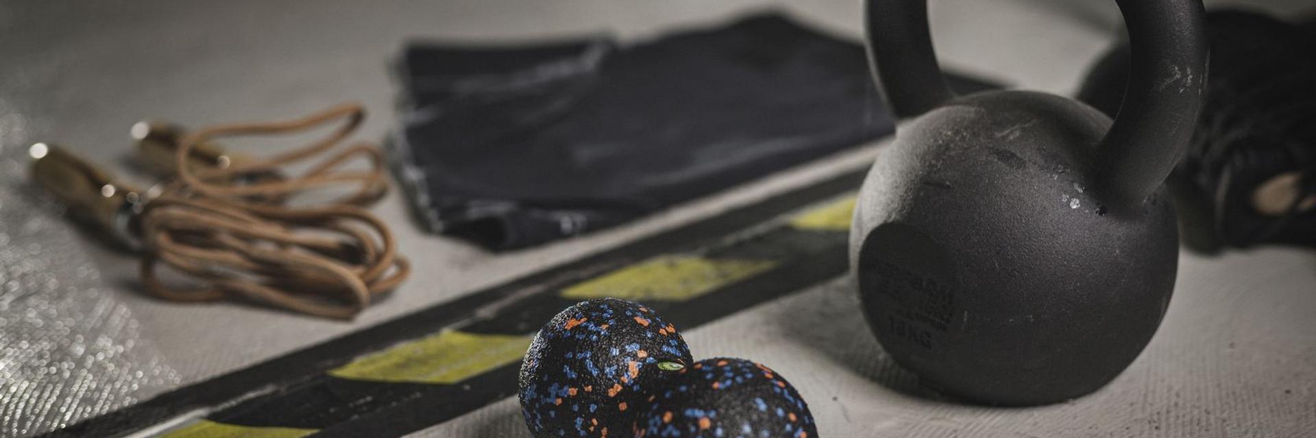 Diverse Trainingsutensilien liegen auf dem Fußboden.
