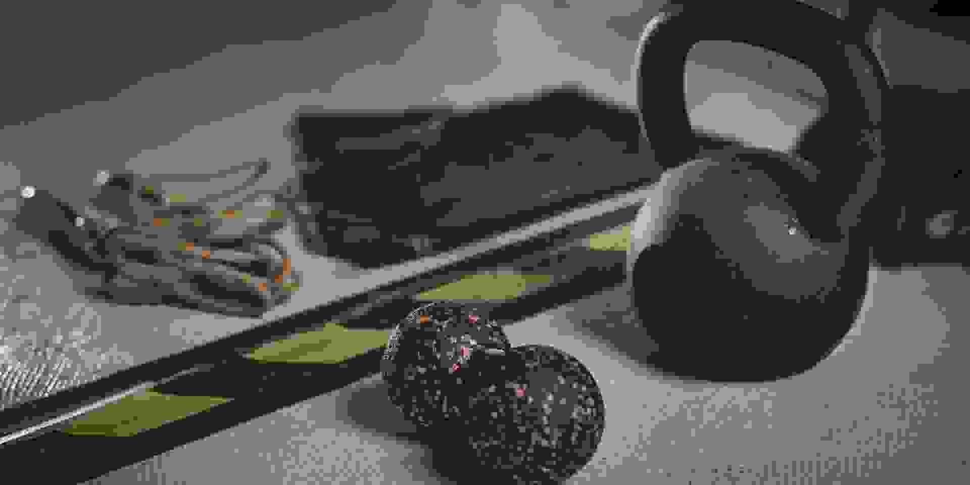 Eine Aufnahme von verschiedenen kleinen Fitnessgeräten für Zuhause