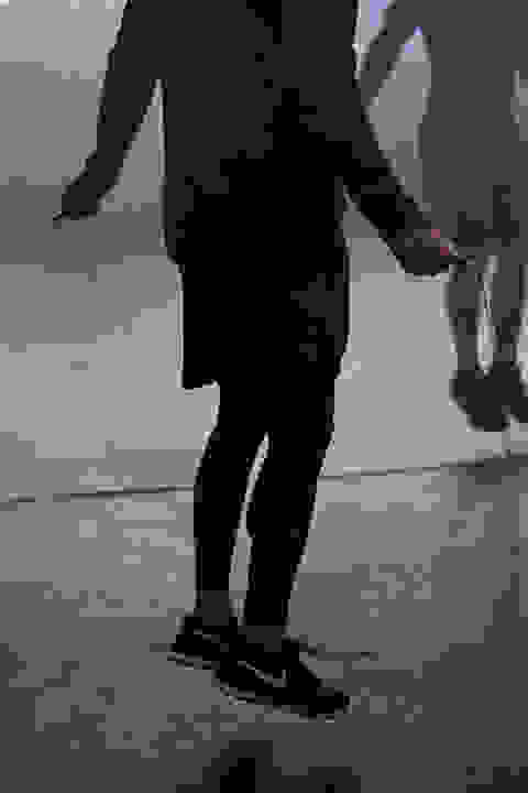 Ein Mann traininert mit einem Springseil.