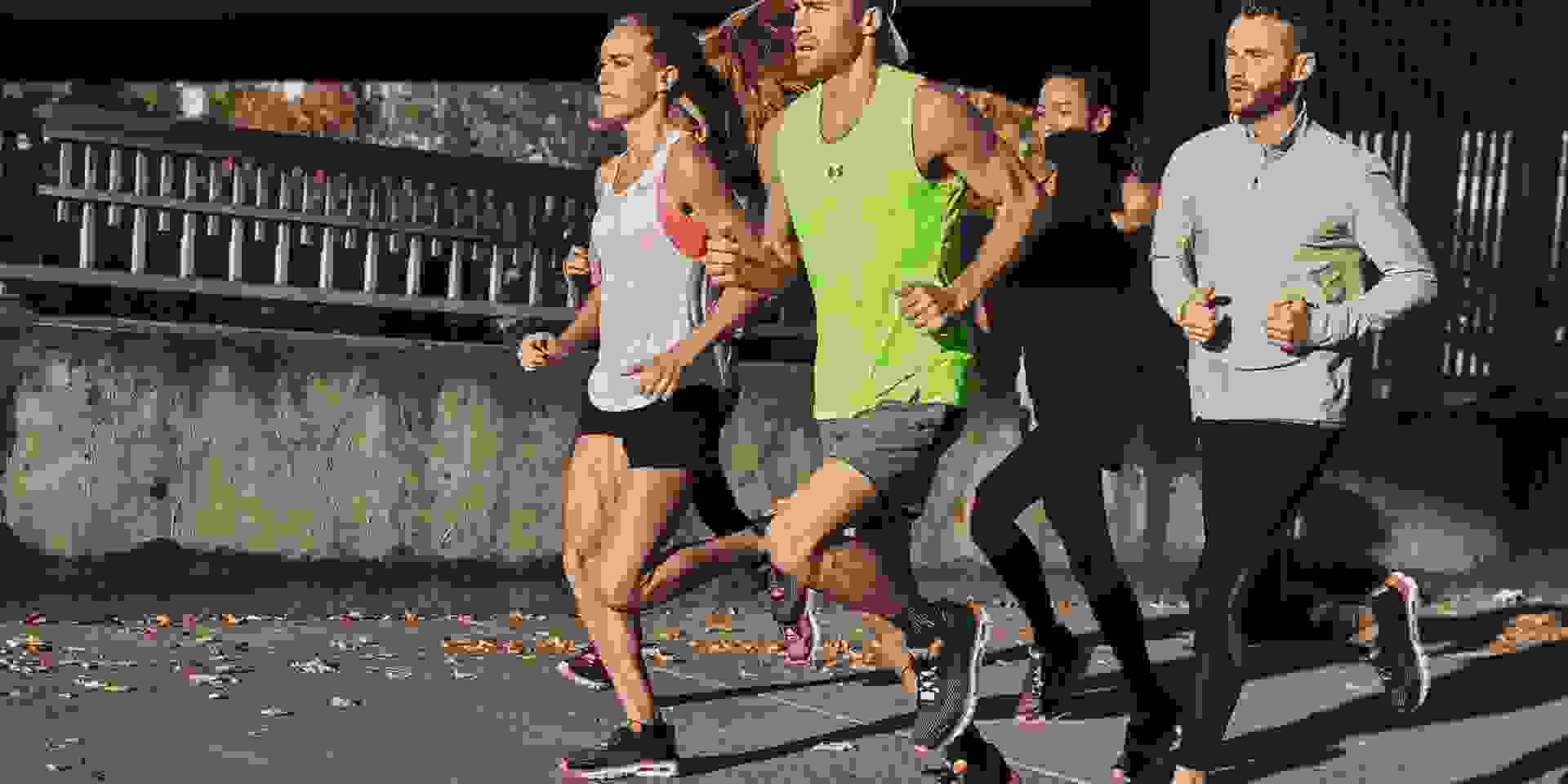 Eine Gruppe Läufer die im Sonnenschein traineren