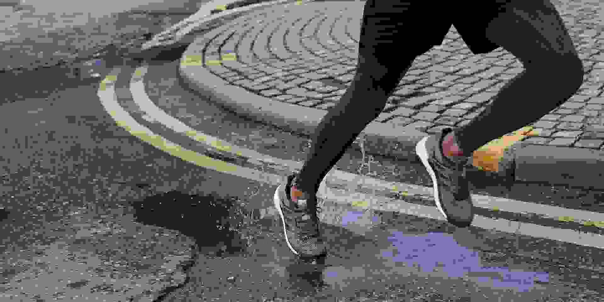 Die Beine eines Läufers der in der Stadt läuft