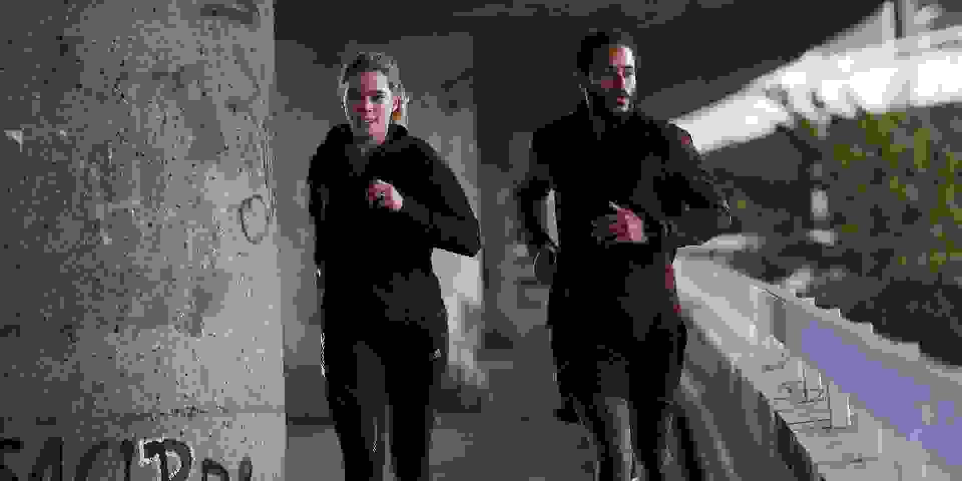 Ein Mann und eine Frau beim Laufen in der Stadt.