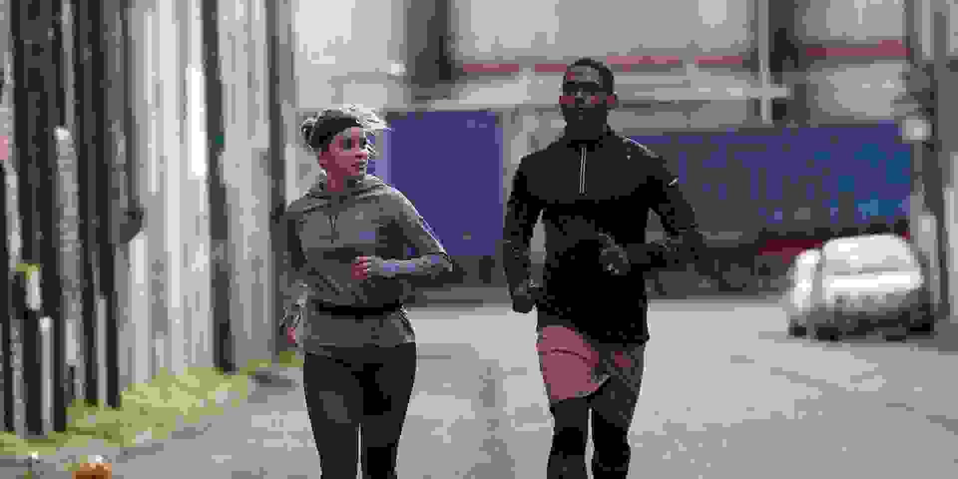 Ein Mann und eine Frau trainieren langsames Laufen