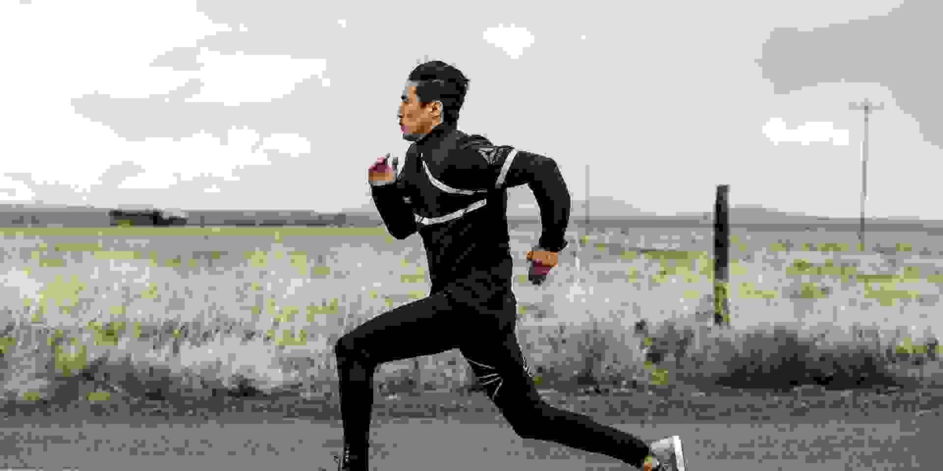Ein Mann trainiert schnellen Lauf
