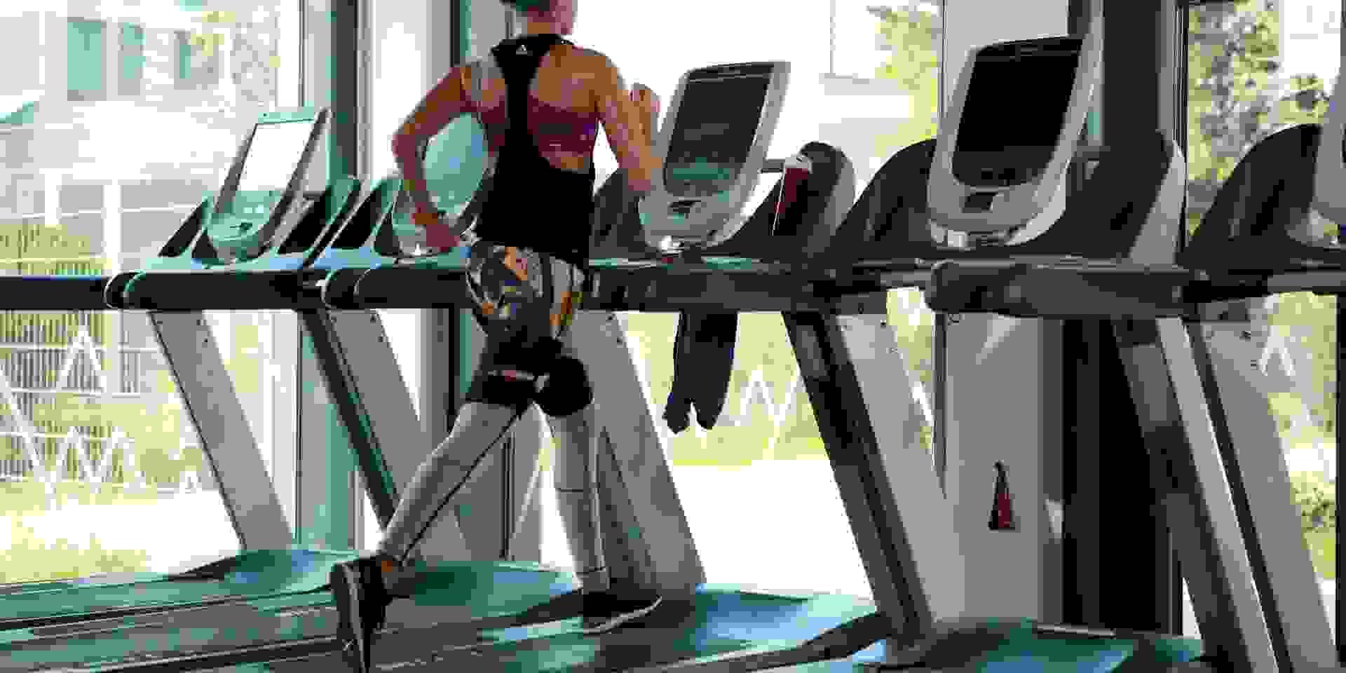 Eine Frau trainiert auf einem Laufband