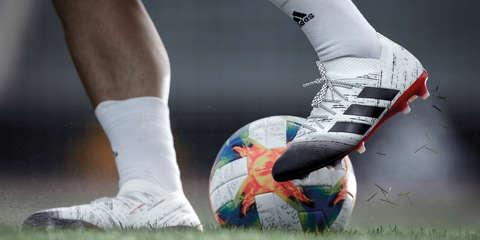 Nahaufnahme von Adidas Fussballschuhen