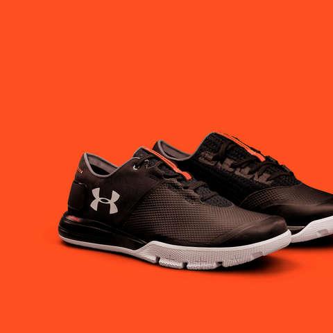 Ein paar Under Armour Schuhe in Schwarz Weiß mit der Charged Cushioning Technologie.