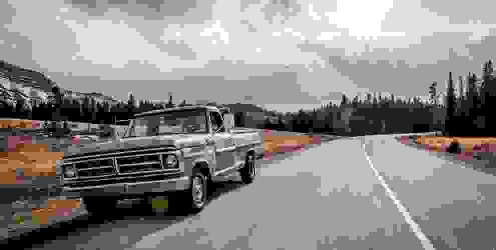 Ein alter Ford Transporter steht am Straßenrand.