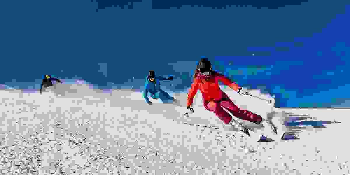 Eine Gruppe Skifahrer bei der Abfahrt.