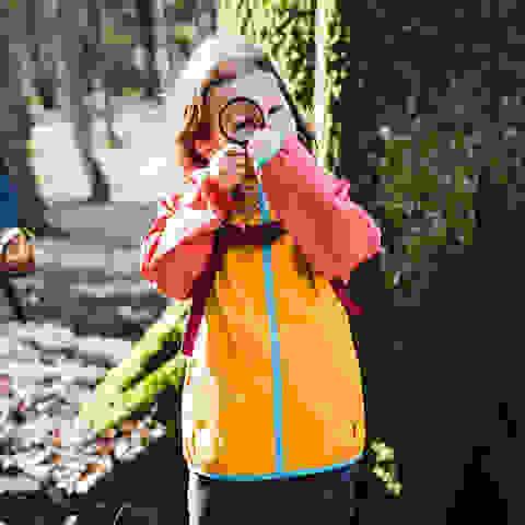 Kinder beim Wandern auf Entdeckungstour im Wald