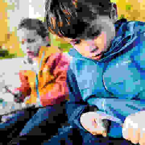 Kinder beim Wandern machen Pause