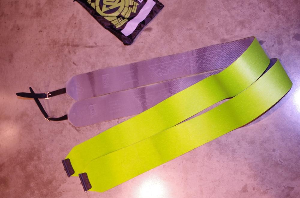 2 Paar Skifälle in der Übersicht. Eines ist lila und eines ist gelb.