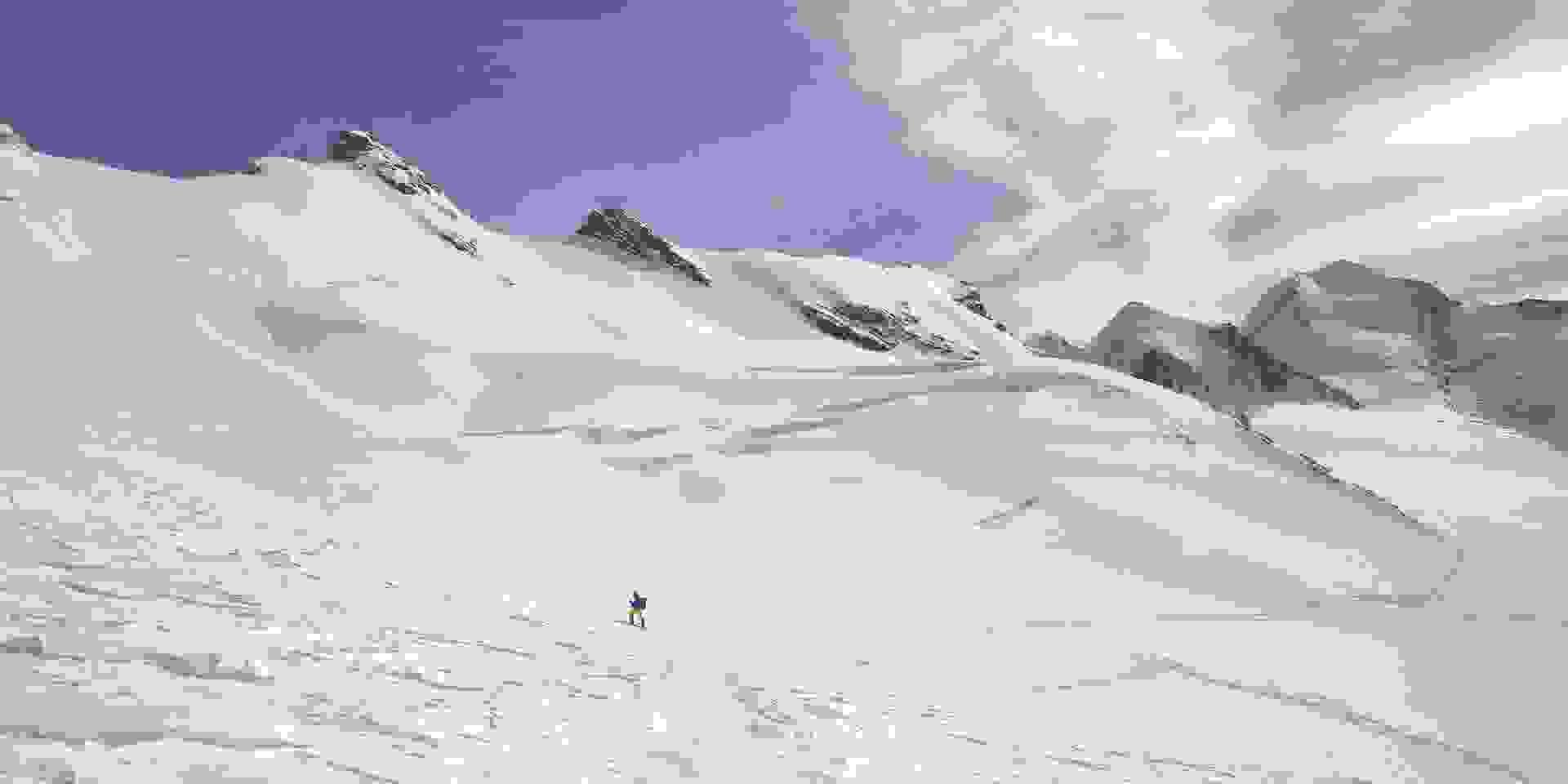 Ein Skitourengeher auf dem Gletscher.
