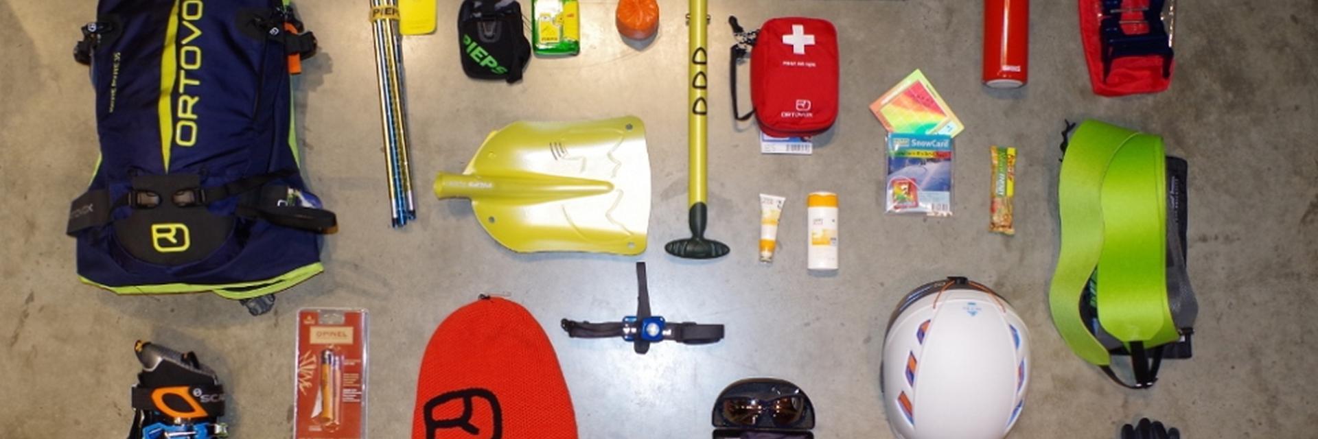 Eine komplette Skitouren Ausrüstung auf dem Boden abgelegt.