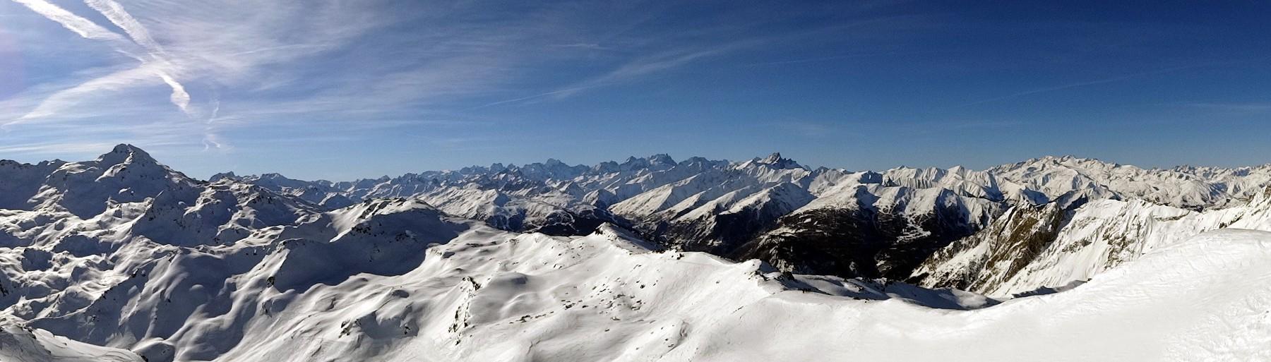 Eine verschneite Gebirgsformation bei strahlend blauem Himmel. Ideale Bedingungen für eine Skitour.