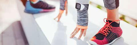 Die Hände von einer Frau werden dargestellt. Sie trägt am linken Handgelenk eine Smart Watch von Polar.