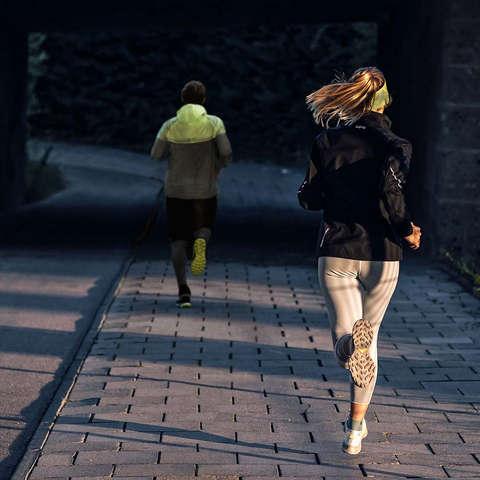 Eine Frau und ein Mann beim Lauftraining.