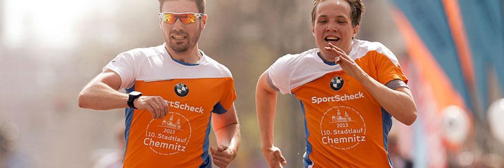 2 Männer laufen beim Stadtlauf in Chemnitz um die Führung.