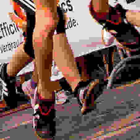 Diverse Beine von Läufern beim SportScheck Stadtlauf Freiburg in der Nahaufnahme.