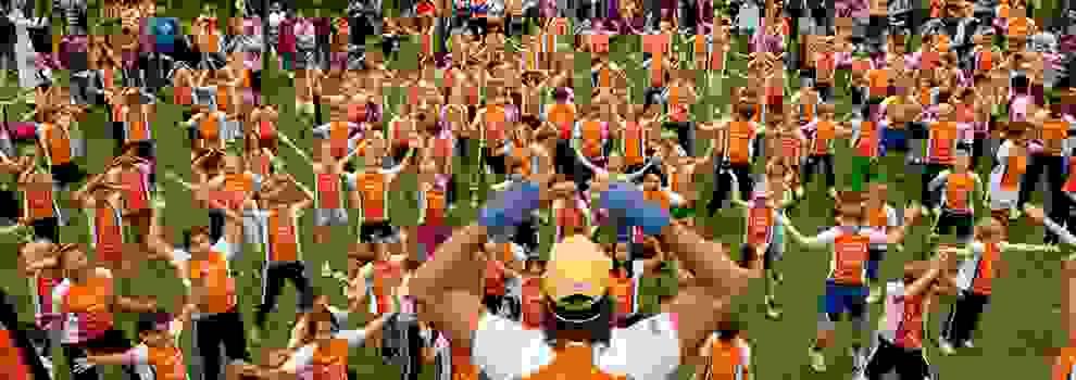 Warm-Up für die kleinen Läufer. Bevor der Hamburg Stadtmarathon für die Kinder startet, wird sich erst einmal aufgewärmt.