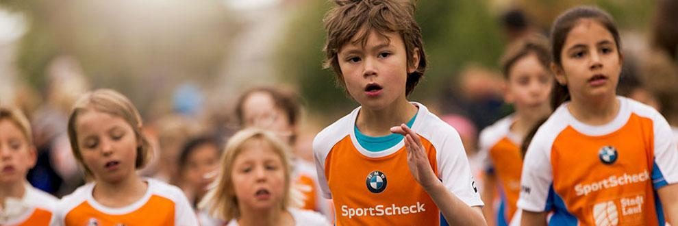 Viele Kinder laufen beim SportScheck Stadtlauf in Augsburg mit.