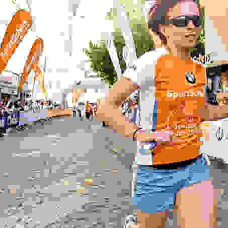 Eine Läuferin beim SportScheck Stadtlauf in Braunschweig.