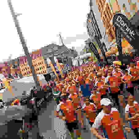 Die Rennstrecke ist voller Läufer beim Stadtlauf Leipzig.