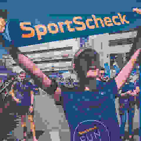 Die Siegerin des SportScheck Runs Augsburg beim Zieleinlauf