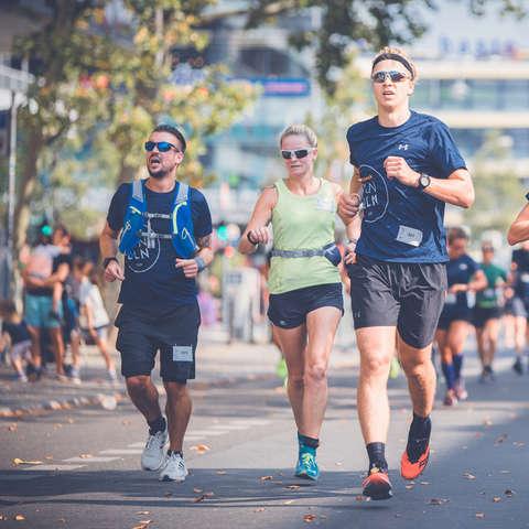 Teilnehmer des SportScheck Runs Berlin während des Runs.