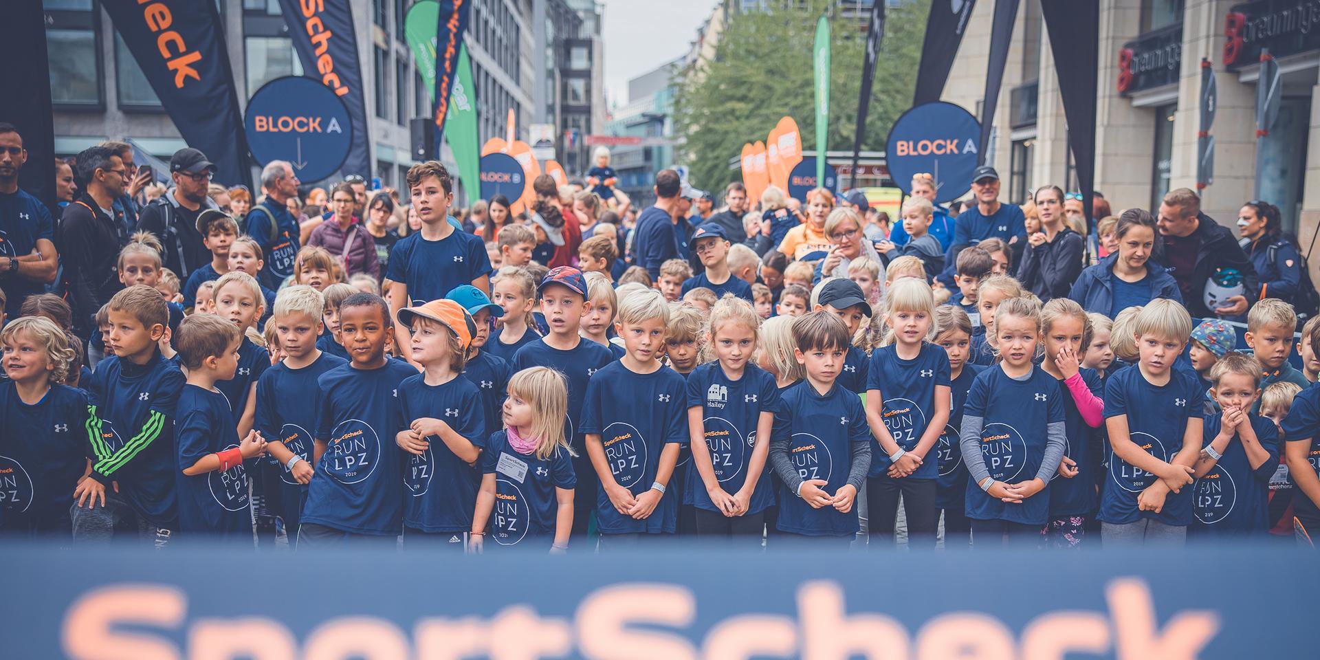 Der Start des Kinder Stadtlaufs in Augsburg.