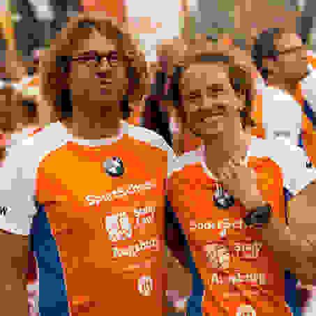 Ein Mann und eine Frau in SportScheck Stadtlauf Trikots kurz vor dem Augsburger Stadtlauf Start.