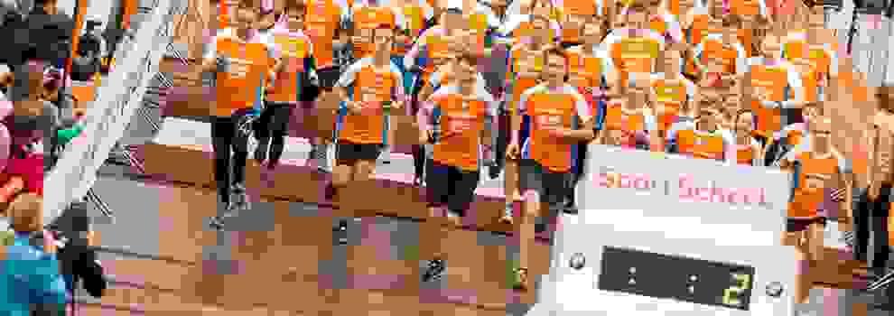 Eine Aufnahme von vielen Läufern beim Stadtlauf in Essen direkt nach dem Start.