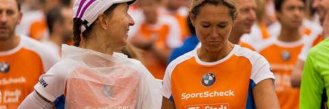 Zwei Frauen im Starterfeld zum Stadtlauf Essen in der Nahaufnahme.