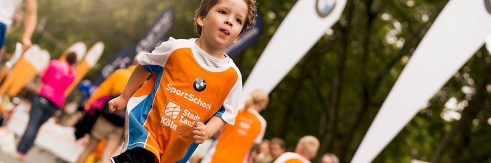 Ein Junge beim Stadtlauf Köln für Kids.