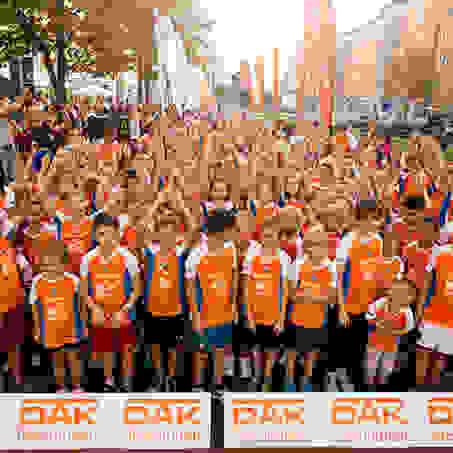 Eine große Gruppe Kinder vor dem Start zum SportScheck Stadtlauf Magdeburg.