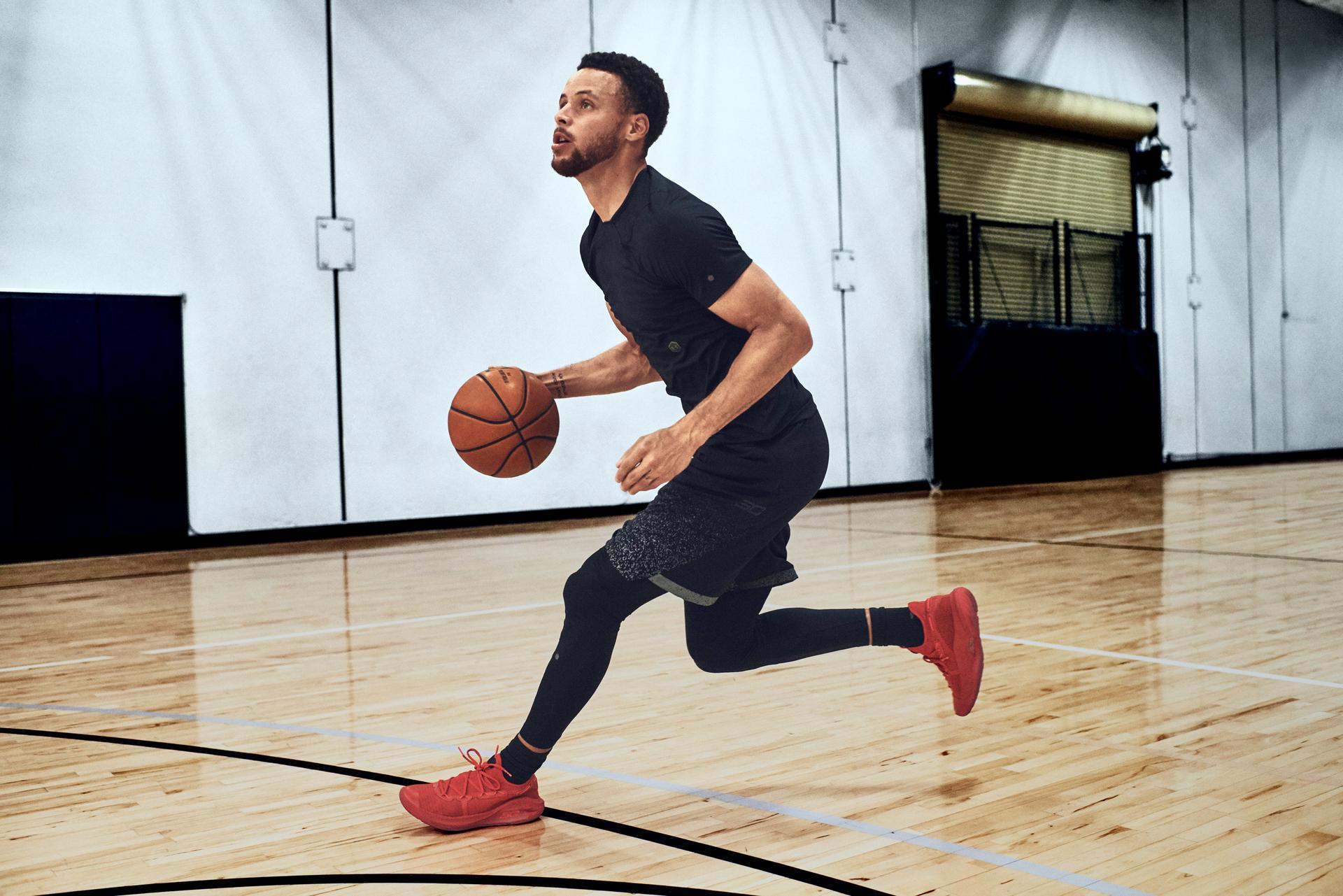 Steph Curry spielt in der Halle Basketball