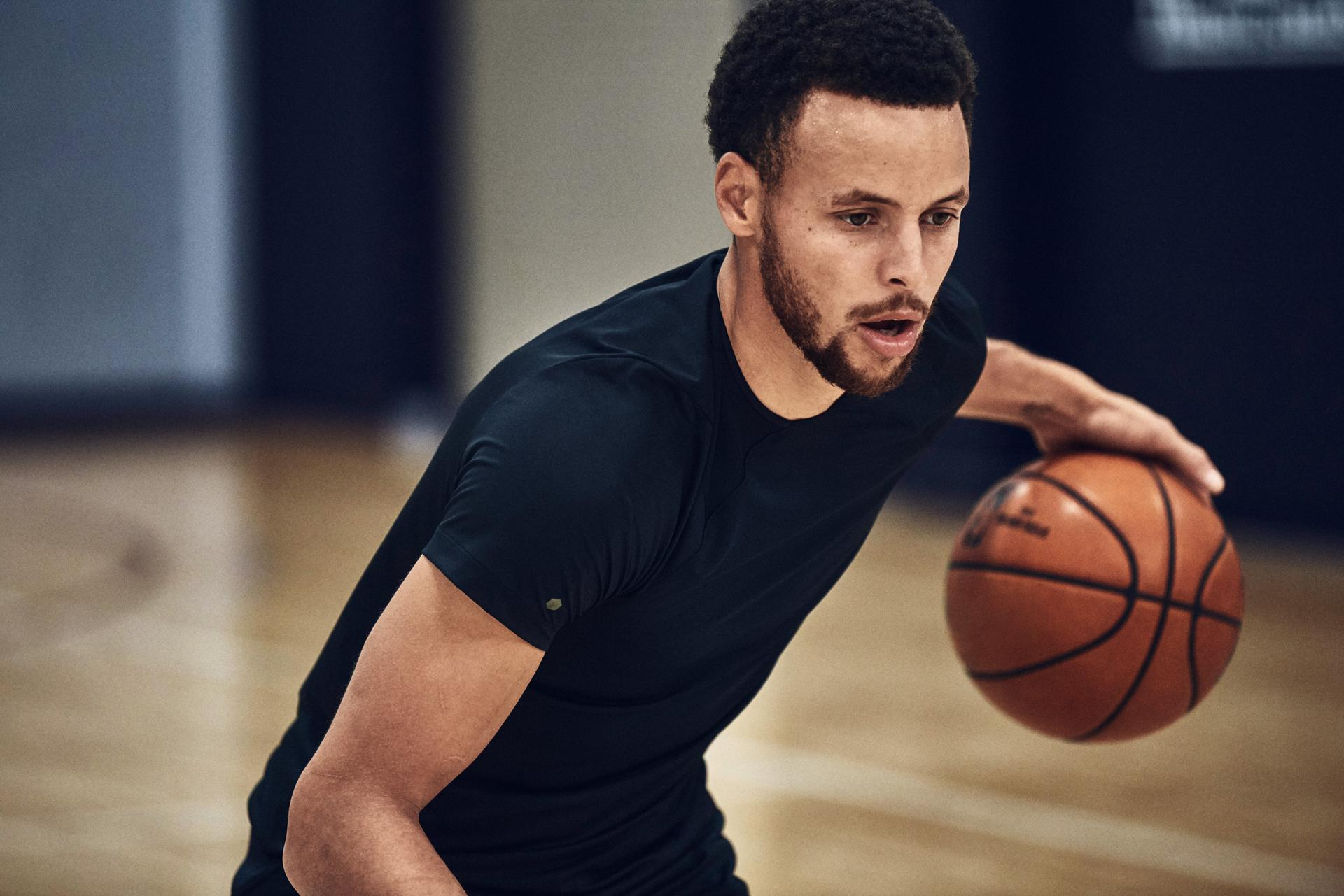 Steph Curry spielt in der Halle Basketball