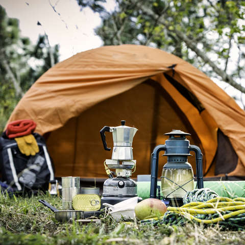 Ein Zelt mit Survival Equipment
