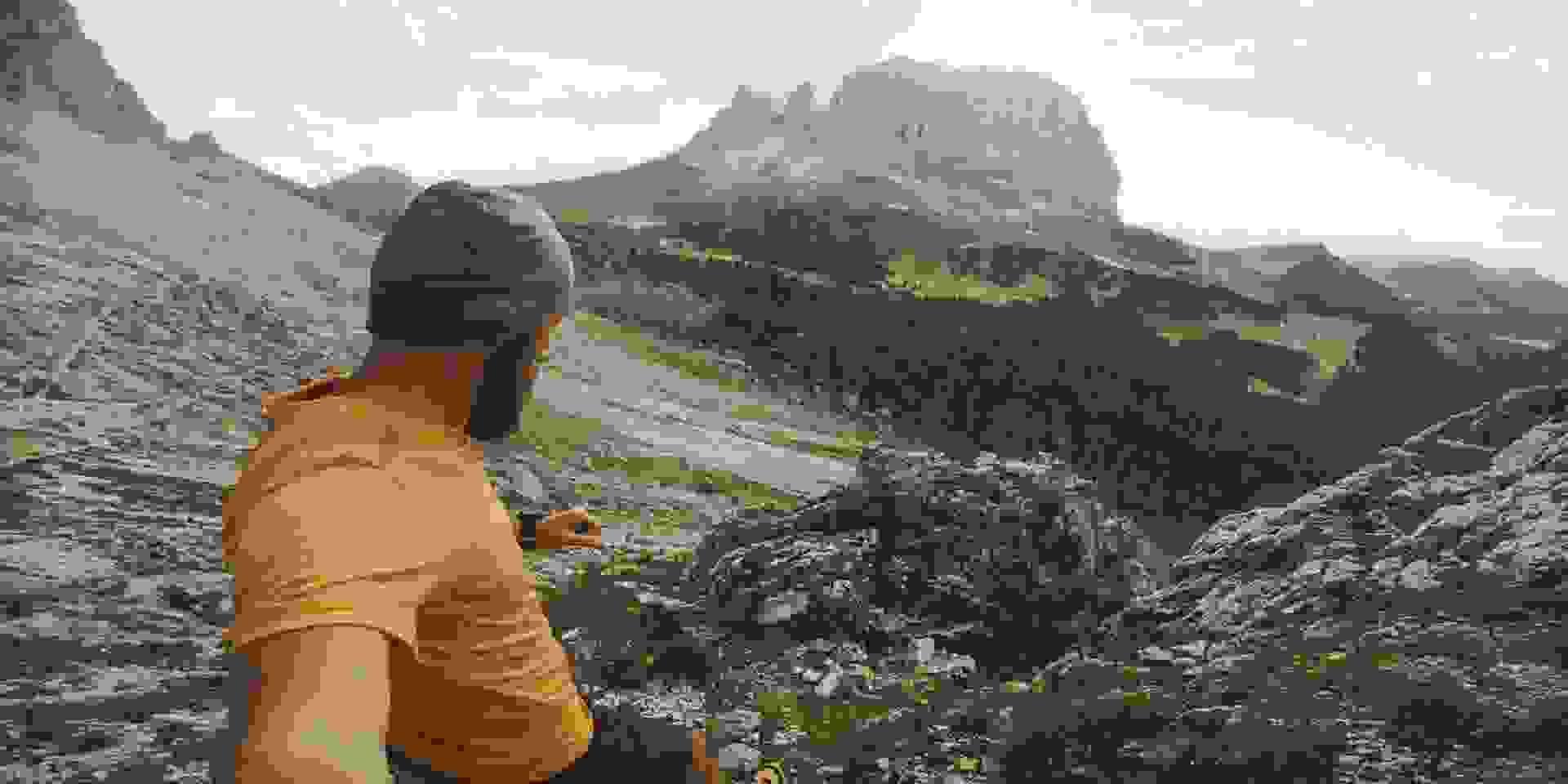 Ein Trailrunner im Gebirge der sich mit seiner Actioncam selbst filmt