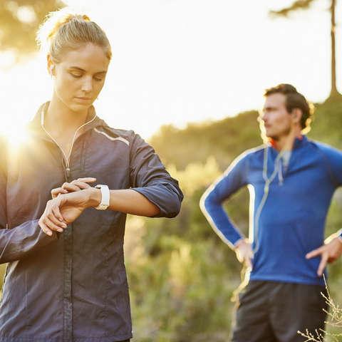 Ein Paar beim Trailrunning mit Technischem Equipment.