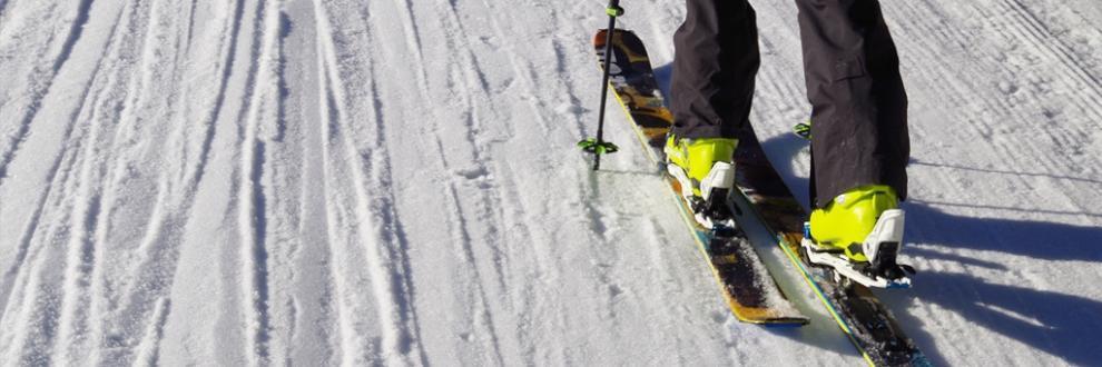 Ein Skitourer testet seine neuen Tourenski nach einer entsprechenden Beratung.
