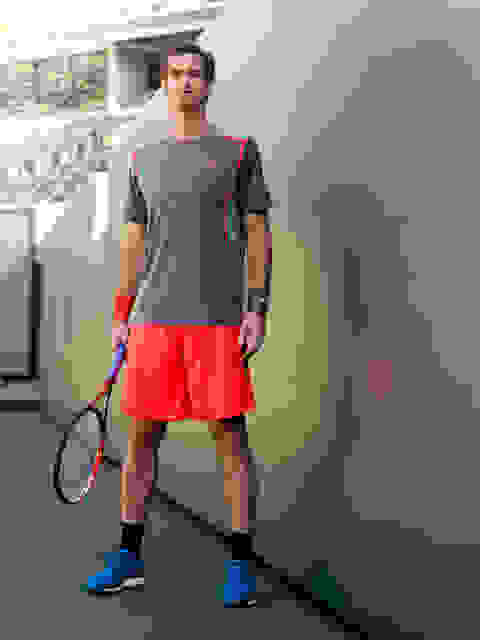 Andy Murray steht nach gewonnenem Tennismatch am Rande des Courts.