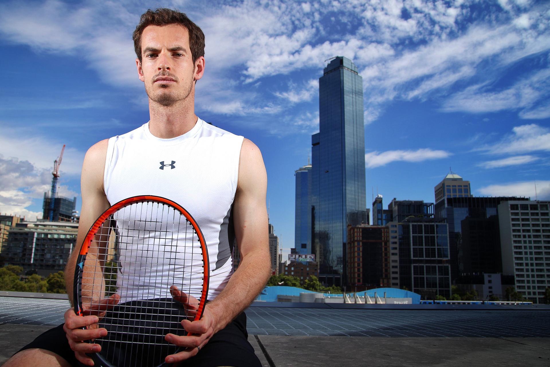 Andy Murray steht mit Tennisschläger vor der Skyline von London