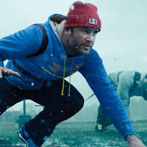 Rugby Spieler trainieren im Regen und tragen dabei Under Armour Kleidung mit Storm Technologie