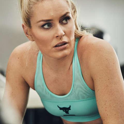 Lindsey Vonn sitzt nach dem Training im Gym.